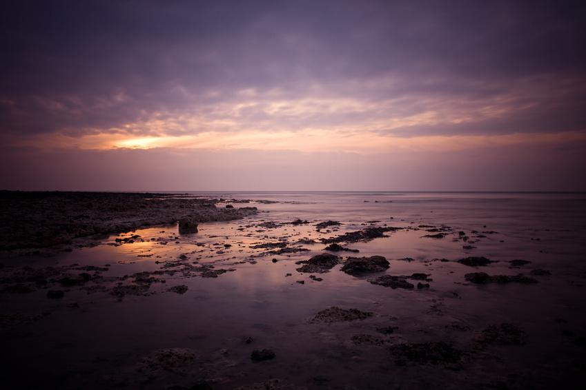 falaise reflet soleil sur la mer
